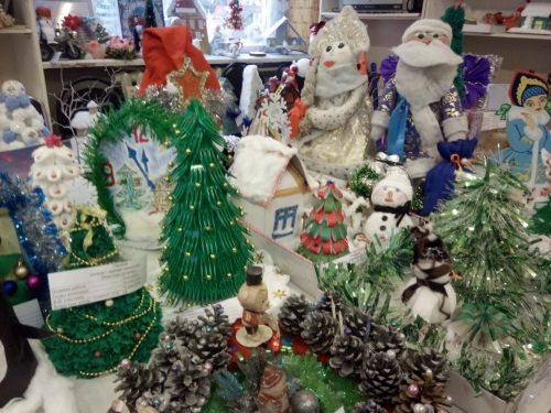 «Новогоднее настроение» – выставки детских творческих работ открыты