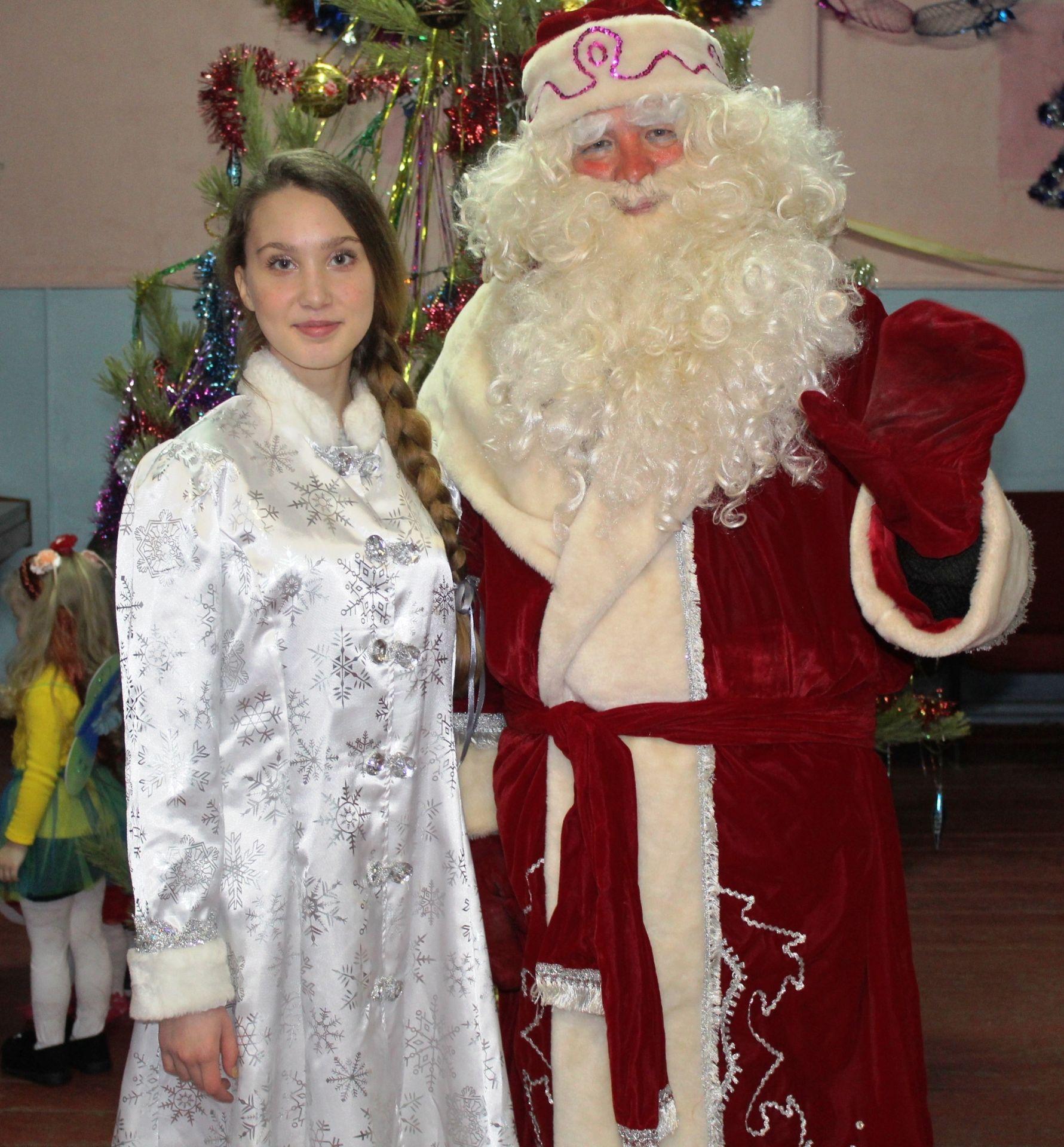 Под Новогодней елкой собрались дети в микрорайоне Луговом