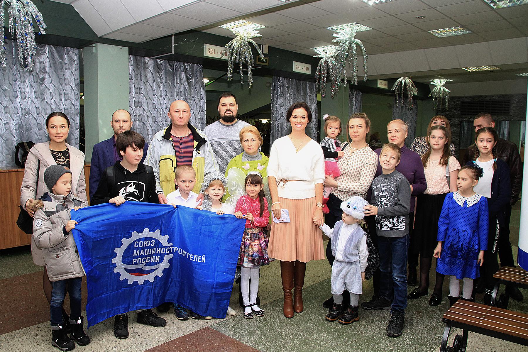 Несколько десятков детей из многодетных семей посетили Новогоднее представление в ДК «НЭВЗ»