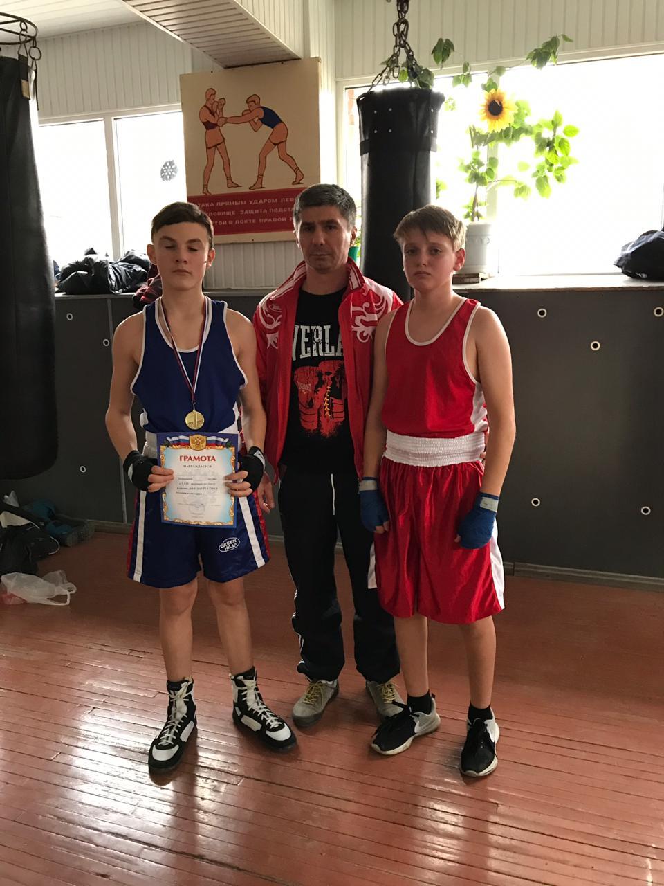 13-ти летний школьник отправил в нокаут соперника на турнире по боксу
