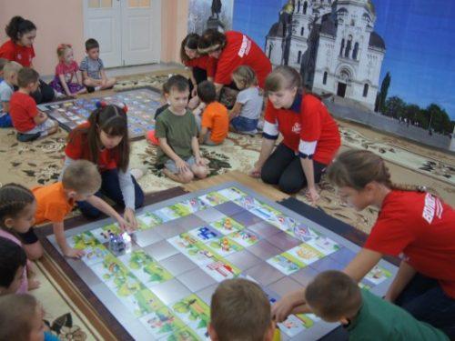 Волонтёры  провели занятия по безопасности дорожного движения с дошкольниками