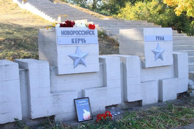 Новочеркасские студенты почтили память погибших в Керчи возложением цветов у памятной таблички города-героя