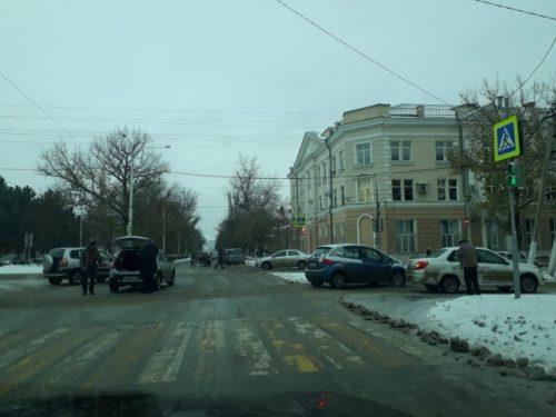 В центре Новочеркасска столкнулись два автомобиля, движение затруднено