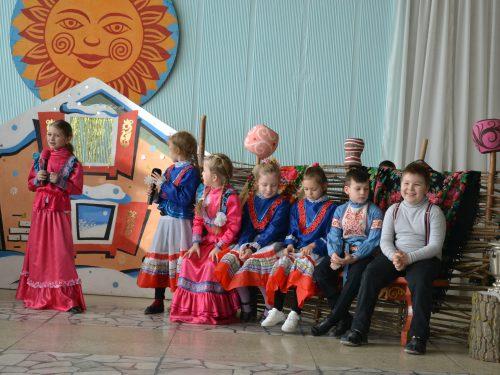 Веселыми посиделками «У наших ворот всегда хоровод» на Донском знакомили детей с языковым наследием казачества