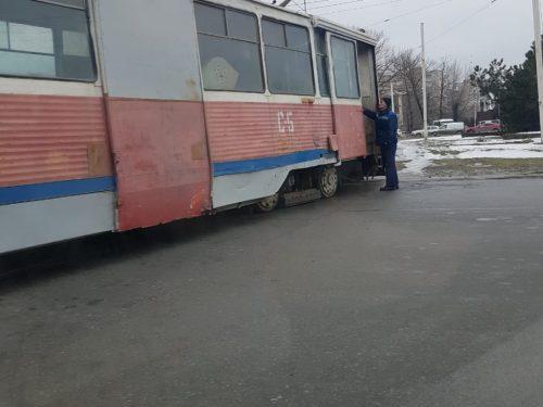 В Новочеркасске трамвай сошел с рельс. Фото