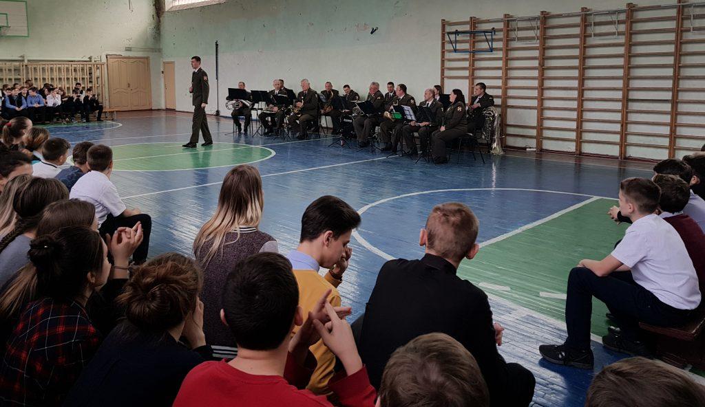 Для школьников играл военный духовой оркестр – средняя школа №25 встречает День защитника Отечества