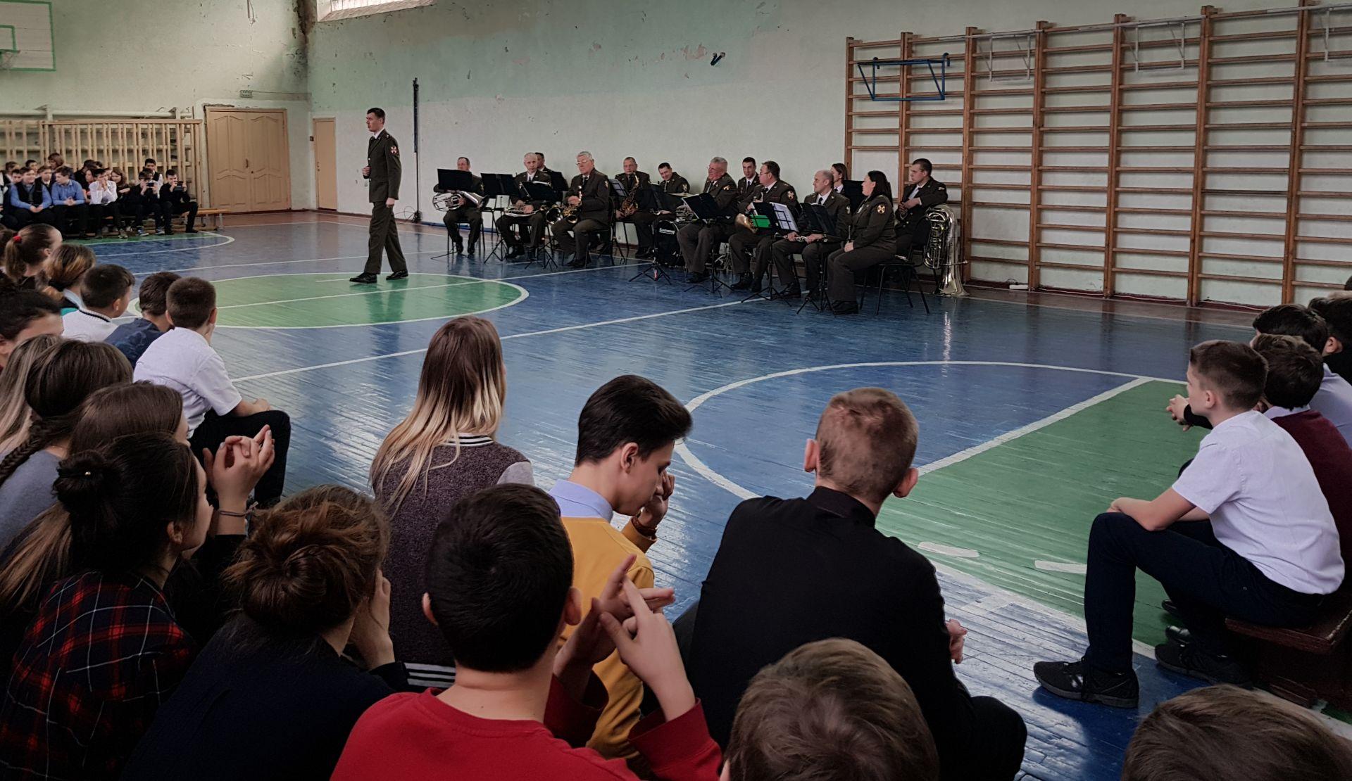 Для школьников играл военный духовой оркестр – средняя школа № 25 встречает День защитника Отечества