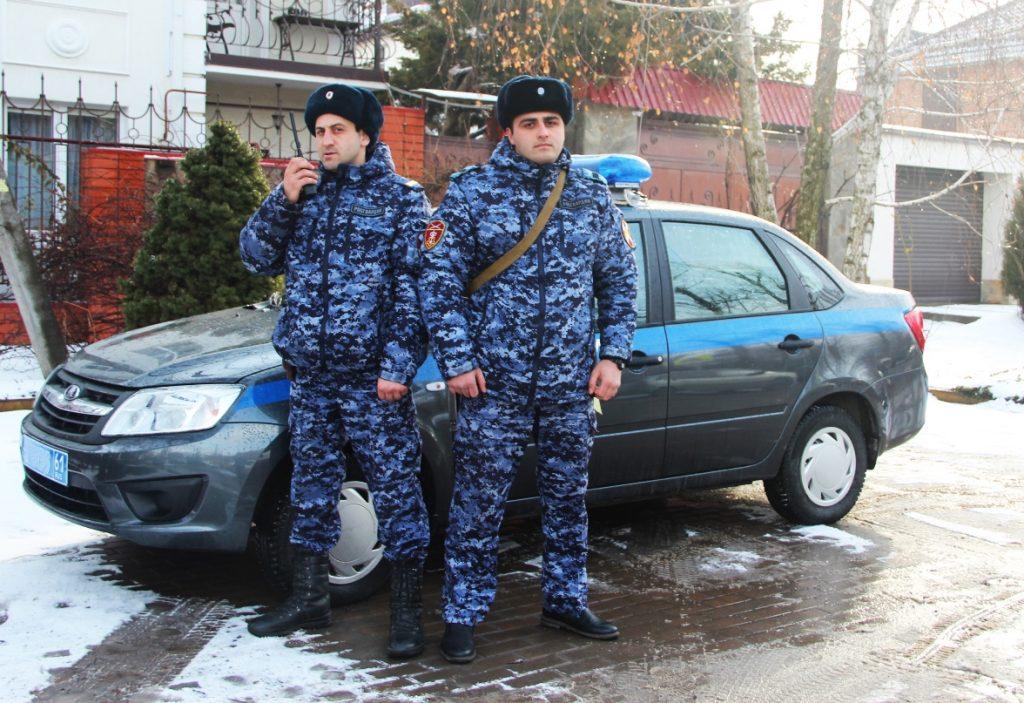 В Донской столице росгвардейцы передали полицейским двоих подростков, убежавших из дома