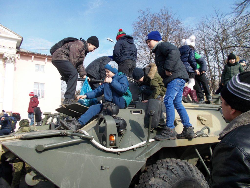Выставка военной техники в микрорайоне Октябрьском. ФОТО