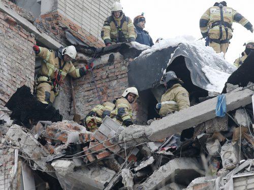 Губернатор Ростовской области Василий Голубев наградил спасателей, работавших в Шахтах на ликвидации последствий взрыва бытового газа