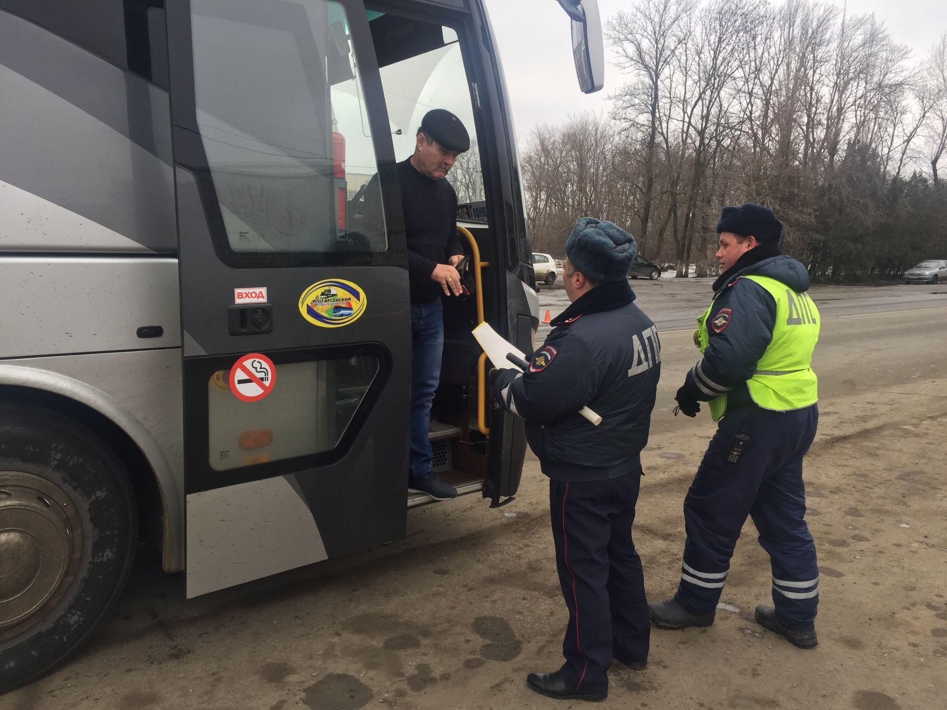 ГИБДД Новочеркасска зафиксировало десятки нарушений правил ПДД