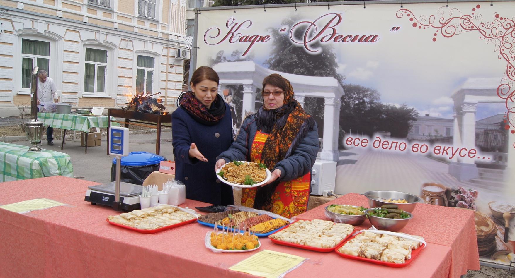 Повара кафе «Весна» порадовали новочеркасцев угощениями на Масленицу