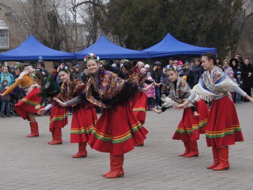 Жителей микрорайона Октябрьский пригласили на представление «Масленичный круговорот на гуляние народ зовёт»