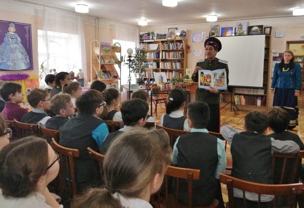 Ансамбль казачьей песни «Любо» рассказал школьникам об истории казачьего костюма