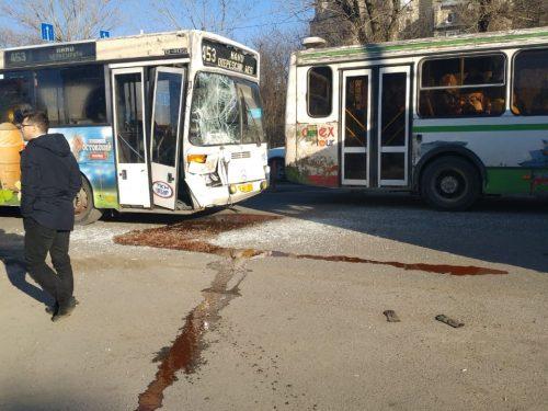 В Новочеркасске произошло столкновение двух пассажирских автобусов