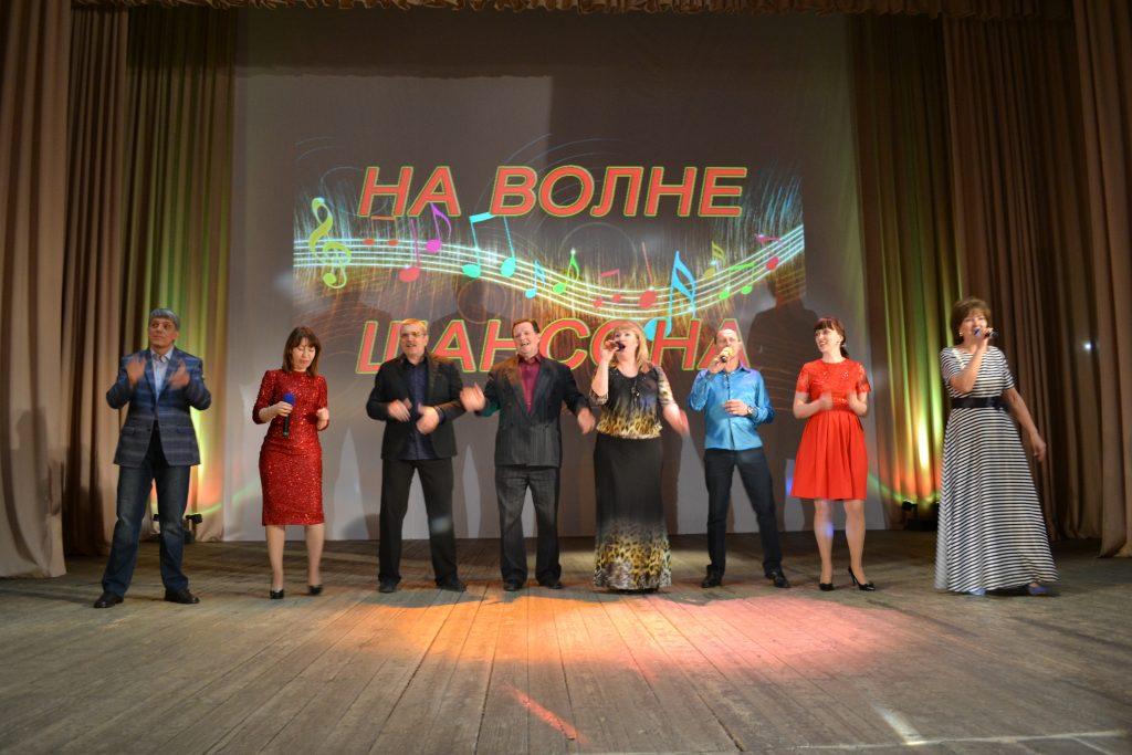 «На волне шансона» – творческий подарок жителям микрорайона Донской сделал коллектив Дворца культуры