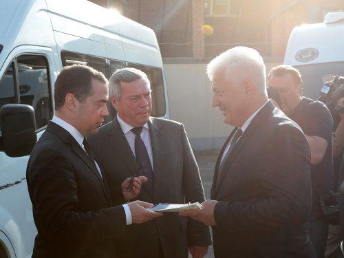 Дмитрий Медведев и Василий Голубев вручили ключи от автомобилей для социальных служб