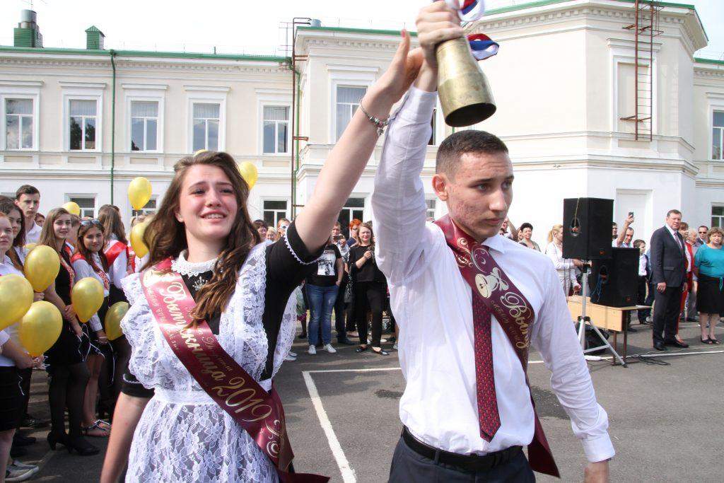 В Новочеркасске прозвенели последние звонки в 22 школах
