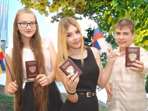 Семь новочеркасцев получили паспорта граждан России