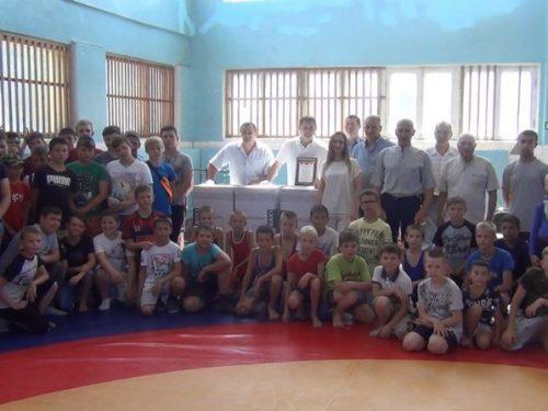 Ирина Гузнаева вручила СШ №3 три водонагревательных котла