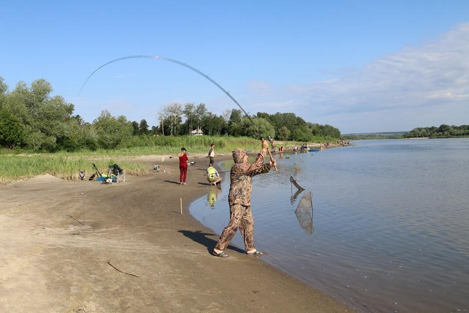Электровозостроители открыли пляжный сезон летней рыбалкой