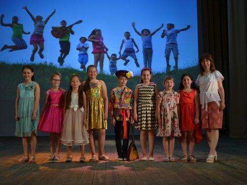 На отчётный концерт творческих коллективов пригласили ребят из детских лагерей микрорайона Донской
