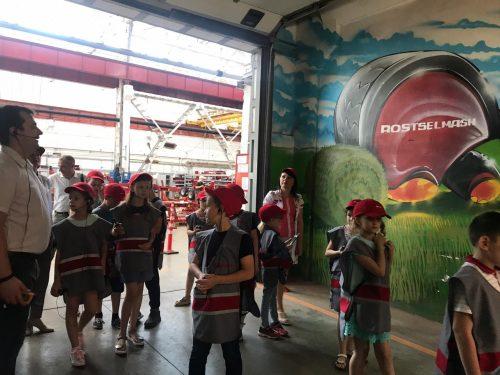 Ростсельмаш провел экскурсию для детей сотрудников компании «Клевер»