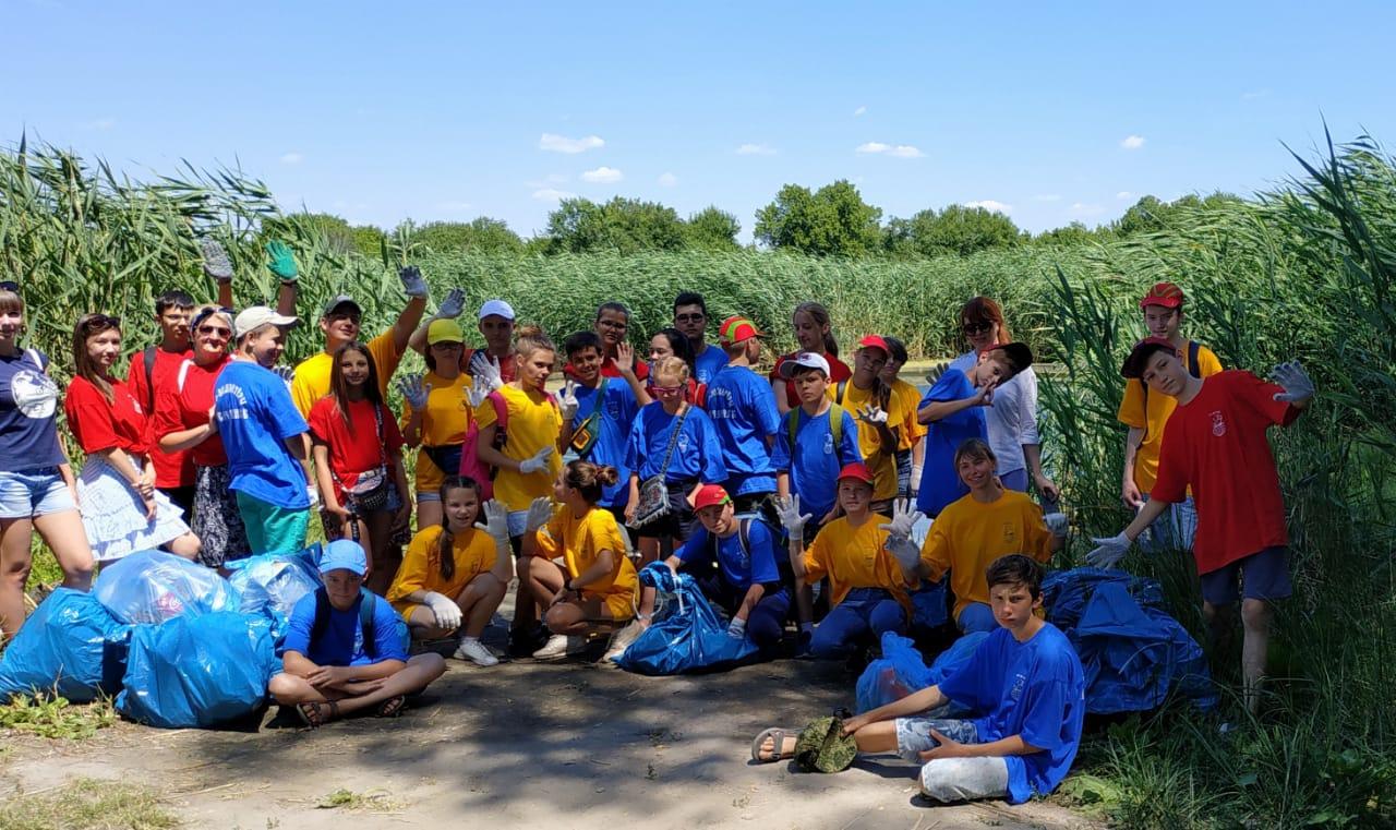 «Чистые берега» – новочеркасские эко-волонтёры очистили берег реки от мусора