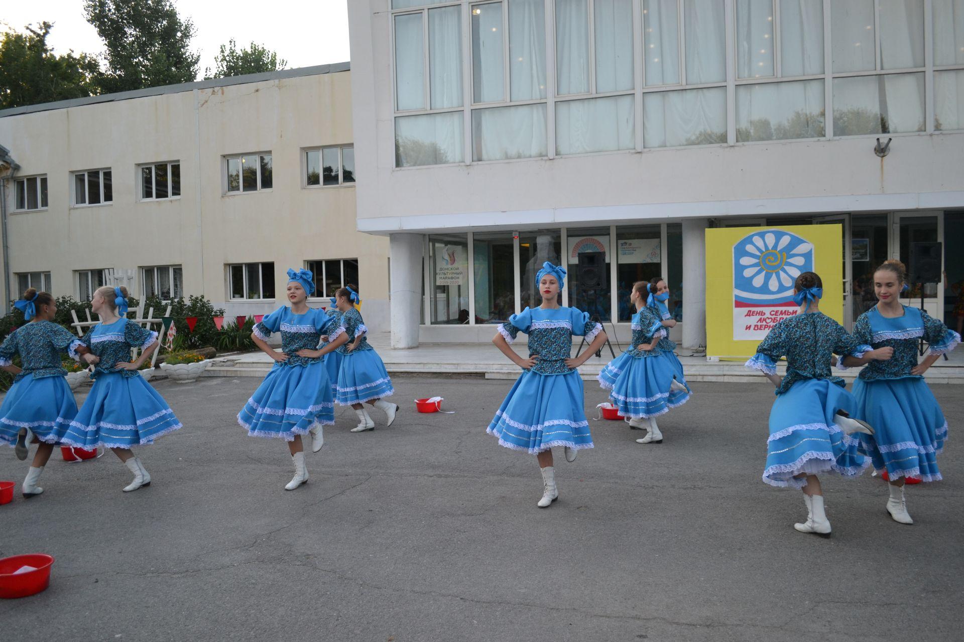 Концертной программой поздравили жителей микрорайона Донского с Днем Семьи, Любви и Верности