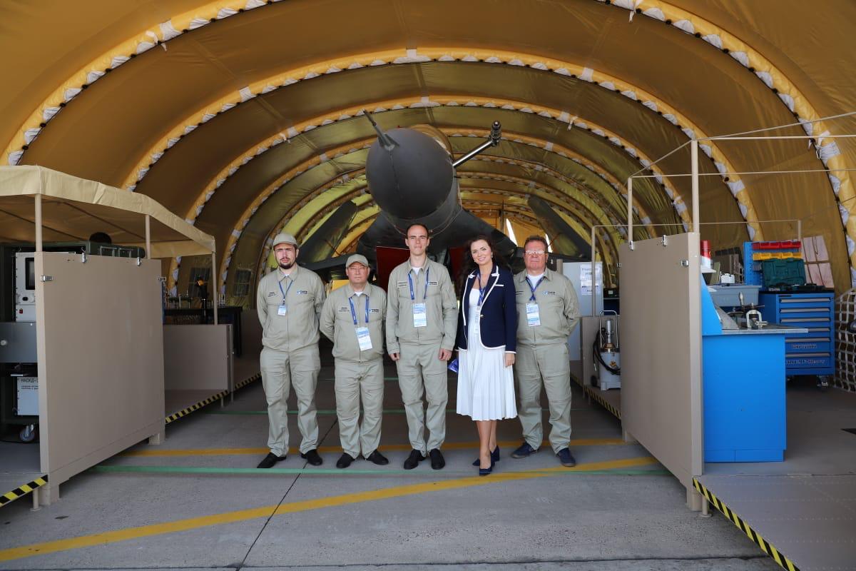 Лидия Новосельцева среди участников Международного авиакосмического салона