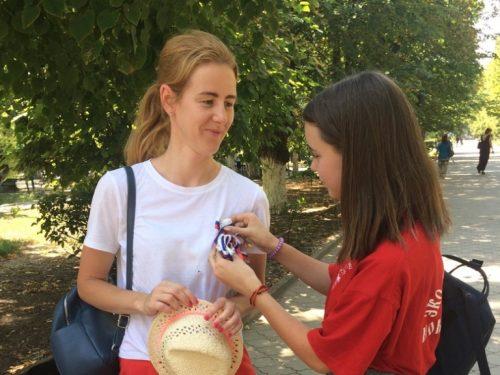 Российский триколор дарили волонтеры в День государственного флага в Новочеркасске