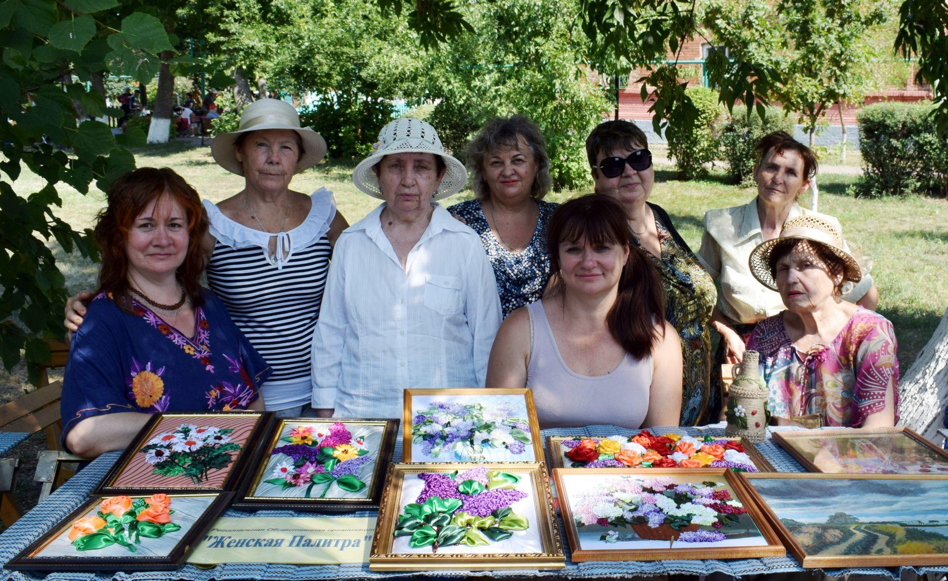 Участницы «Женской палитры» демонстрировали свои работы в «Городе мастеров»