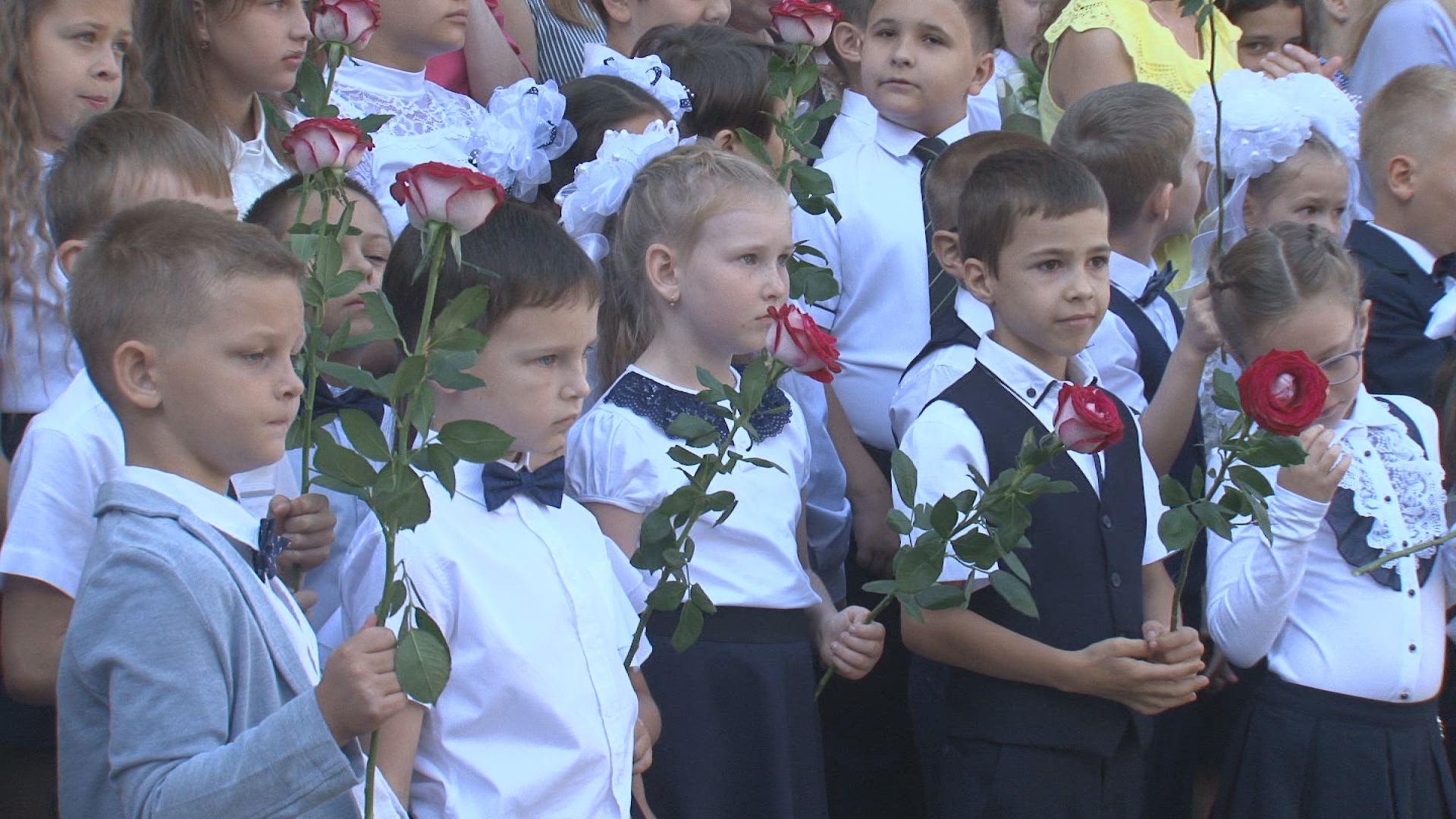 Почти 160 первоклассников сели за парты лицея №7 в Новочеркасске