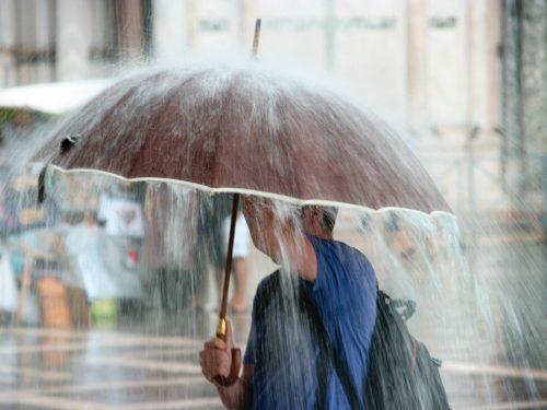 Сильный ливень с грозой и ураганным ветром прошёл в казачьей столице