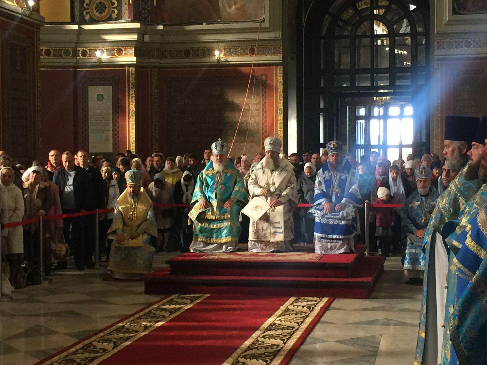 Сотни прихожан Новочеркасска собрались на праздничную литургию в центре города
