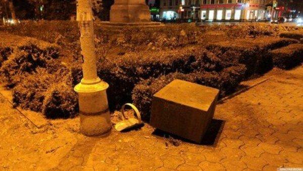 В Платовском сквере сбит памятный камень