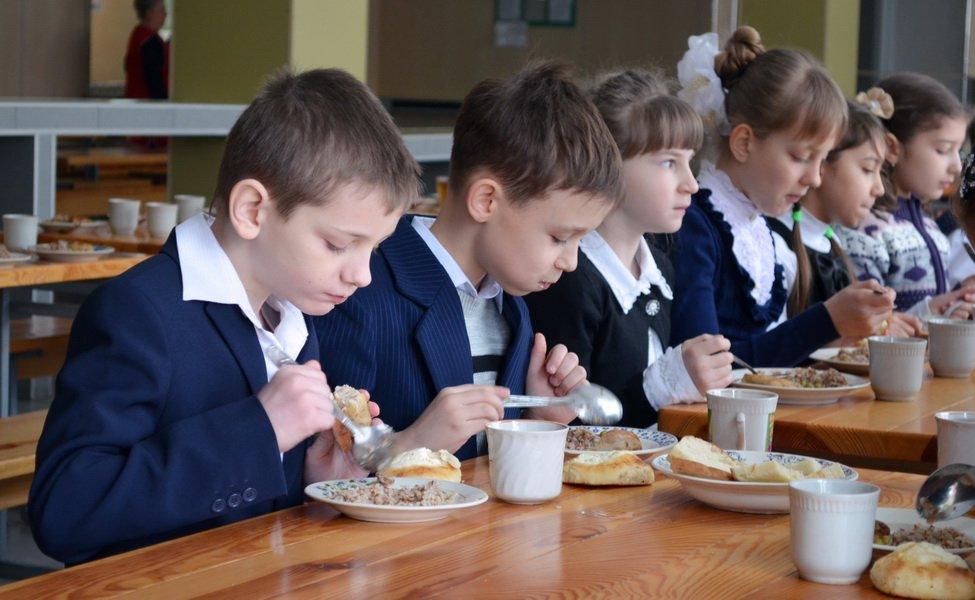 Путин предложил обеспечить учеников 1-4 классов бесплатным питанием