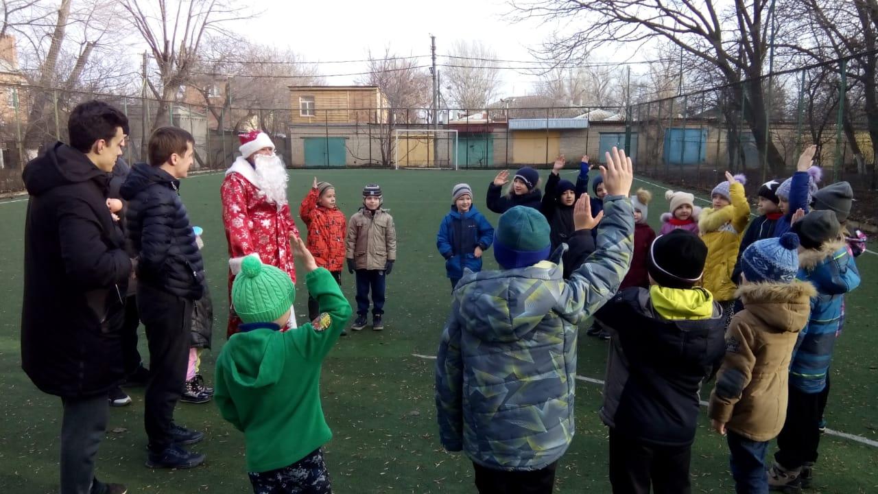 Дед Мороз провел рождественскую зарядку на футбольной площадке