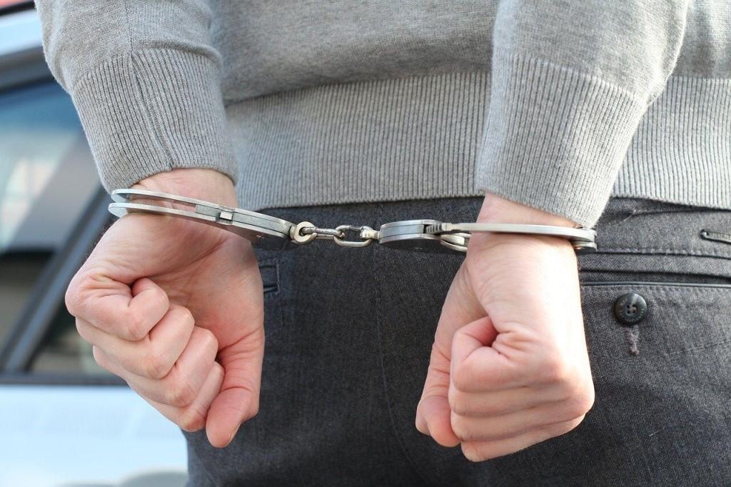Свыше 300 капсул сильнодействующего изъяли у задержанного новочеркасские полицейские