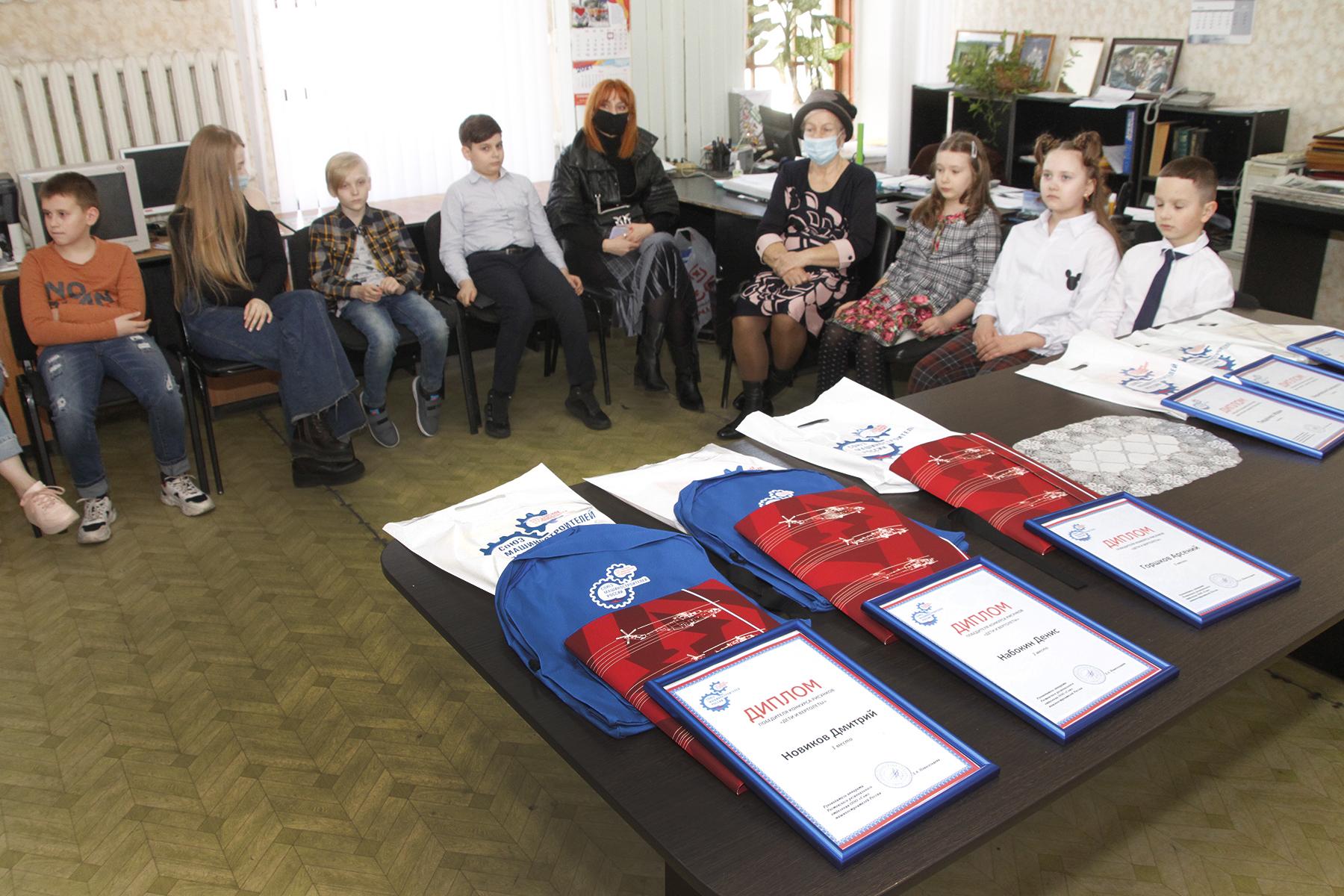 В Новочеркасске наградили победителей конкурса «Дети рисуют самолет будущего»