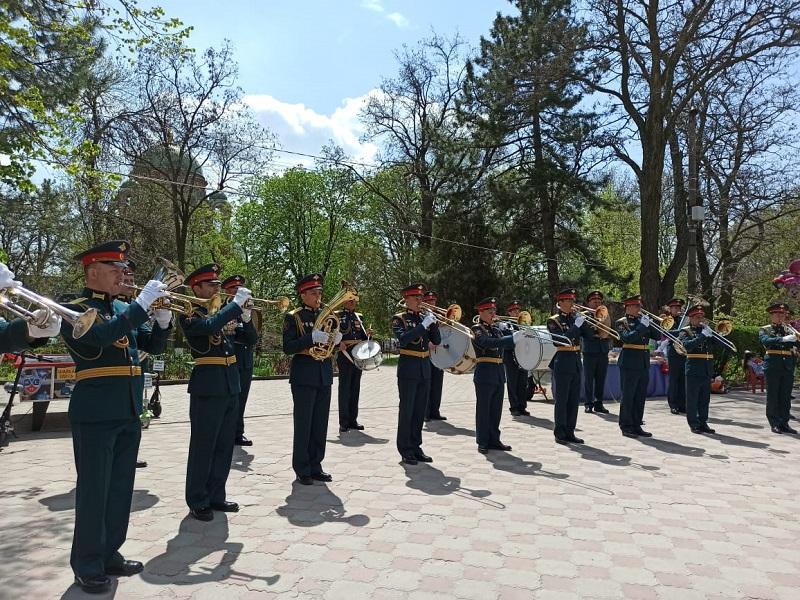 Первомай шагает по городу. Новочеркасск встретил праздник Весны и Труда