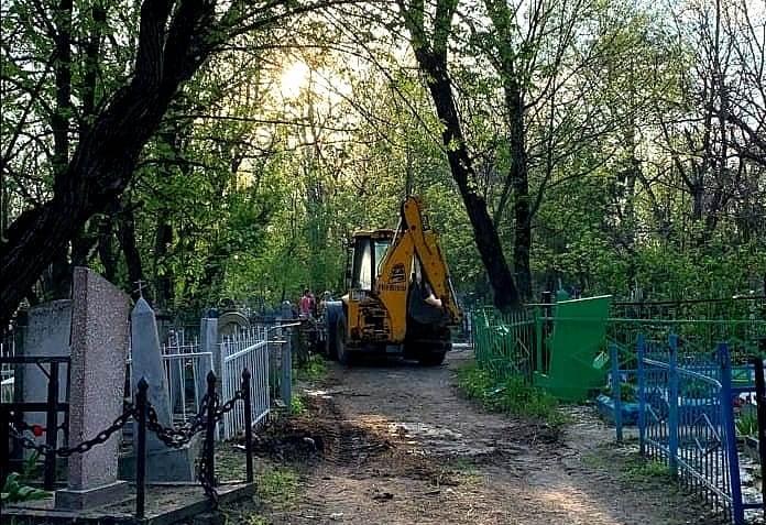 Перед Пасхой в Новочеркасске с городских кладбищ вывезли 525 машин мусора