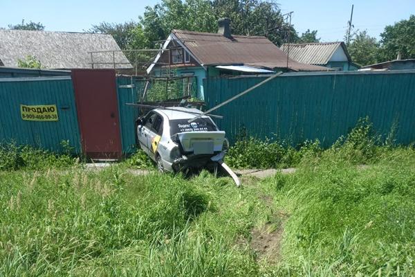 В Новочеркасске такси врезалось в дом