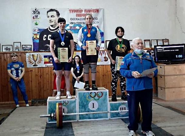 Новочеркасцы завоевали три золотые медали турнира по тяжелой атлетике памяти Ивана Удодова